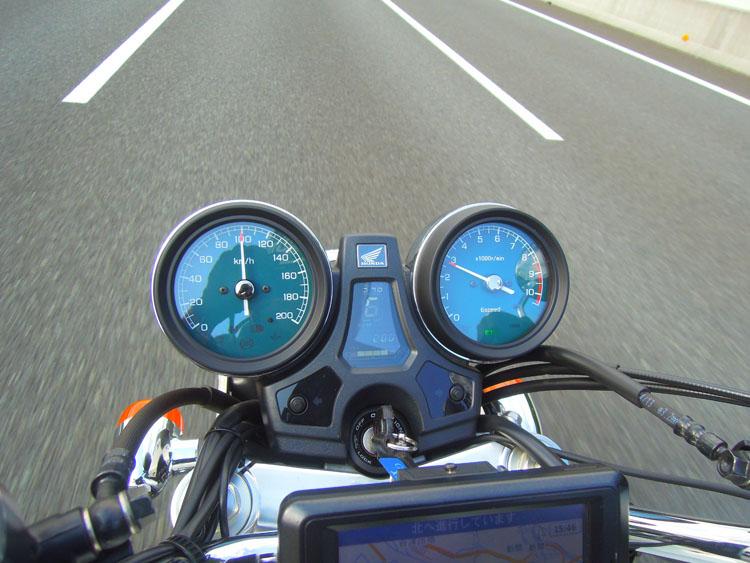 100キロでおよそ2800回転。6速効果がある巡航